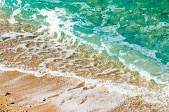 Παραλία χαλικιών άποψης θάλασσας και τυρκουάζ ήρεμη σκηνή νερού Στοκ φωτογραφία με δικαίωμα ελεύθερης χρήσης