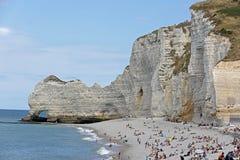 Παραλία χαλικιών και άσπροι απότομοι βράχοι Etretat, Νορμανδία, Γαλλία στοκ εικόνες