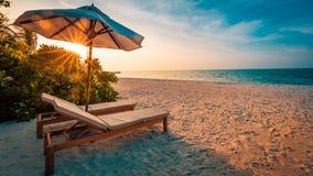 παραλία όμορφη Έδρες στην αμμώδη παραλία κοντά στη θάλασσα Έννοια καλοκαιρινών διακοπών και διακοπών Εμπνευσμένη τροπική σκηνή Στοκ Φωτογραφίες