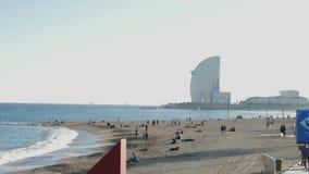 Παραλία Barceloneta με τους ανθρώπους και το ξενοδοχείο W φιλμ μικρού μήκους