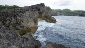 Παραλία Billabong αγγέλων Τεράστια κύματα που σπάζουν στην ακτή βράχων με τον άσπρο αφρό θάλασσας 4K, σε αργή κίνηση Nusa Penida απόθεμα βίντεο