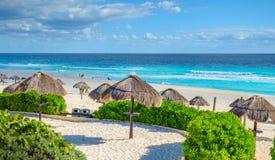 Παραλία Cancun στο Μεξικό με τις ομπρέλες στοκ φωτογραφία με δικαίωμα ελεύθερης χρήσης