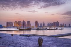 Παραλία Katara σε Doha, άποψη ηλιοβασιλέματος του Κατάρ στοκ εικόνες