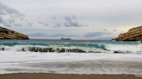Παραλία Matala μεταξύ των καφετιών απότομων βράχων και του ισχυρού κύματος θάλασσας Ελλάδα Στοκ Φωτογραφία