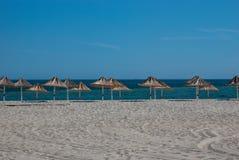 Παραλία parasols στην ακτή στοκ εικόνες
