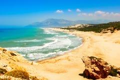 Παραλία Patara στη μεσογειακή ακτή της Τουρκίας επάνω από την όψη Στοκ εικόνες με δικαίωμα ελεύθερης χρήσης