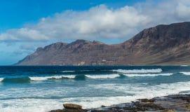 Παραλία - playa de famara Lanzarote στοκ εικόνα με δικαίωμα ελεύθερης χρήσης