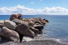 Παραλία Santorini Ελλάδα kamari κυματοθραυστών στοκ εικόνες