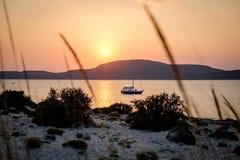 Παραλία Simos στο νησί Elafonisos στην Ελλάδα Ηλιοβασίλεμα Στοκ Εικόνες