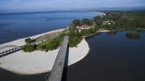 Παραλίες και παραδεισιακές θέσεις, θαυμάσιες παραλίες σε όλο τον κόσμο, Restinga της παραλίας Marambaia, Ρίο ντε Τζανέιρο, Βραζιλ στοκ εικόνες