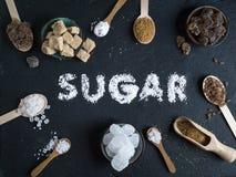 Παραλλαγή ζάχαρης που τίθεται στο σκοτεινό υπόβαθρο πετρών στοκ φωτογραφίες με δικαίωμα ελεύθερης χρήσης
