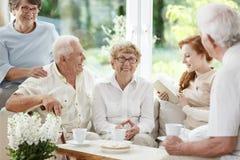 Παραμάνα για την ηλικιωμένη ανάγνωση στοκ εικόνες
