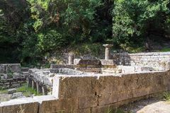 Παραμένει ενός δωρικού ναού στο πάρκο Mon Repos, πόλη της Κέρκυρας, Ελλάδα στοκ εικόνες