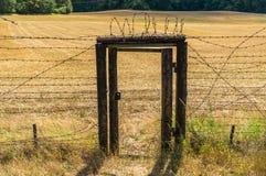 Παραμένει της σιδερένιας αυλαίας με την πόρτα μέσα στο φράκτη καλωδίων Στοκ εικόνα με δικαίωμα ελεύθερης χρήσης