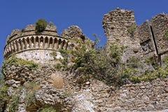 Παραμένει του κάστρου Aragonese του ιστορικού θαλάσσιου χωριού πανοραμικών πυργίσκων Στοκ φωτογραφία με δικαίωμα ελεύθερης χρήσης
