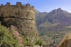 Παραμένει του κάστρου Aragonese του ιστορικού θαλάσσιου χωριού πανοραμικών πυργίσκων Στοκ Φωτογραφίες