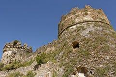Παραμένει του κάστρου Aragonese του ιστορικού θαλάσσιου χωριού πανοραμικών πυργίσκων Στοκ Εικόνες