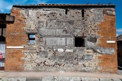 Παραμένει του παλαιού τοίχου στην Πομπηία Ιταλία Η Πομπηία καταστράφηκε Στοκ Εικόνα