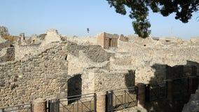 Παραμένει των ανασκαμμένων κατοικημένων κτηρίων στην πόλη της Πομπηίας στην ηλιόλουστη ακολουθία ημέρας απόθεμα βίντεο