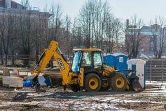 Παραμονές εκσκαφέων φορτωτών ροδών στο εργοτάξιο οικοδομής Στοκ εικόνα με δικαίωμα ελεύθερης χρήσης