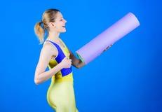 Παραμονή κατάλληλος και υγιής Εξοπλισμός αθλητικών χαλιών Αθλητική ικανότητα Φίλαθλη κατάρτιση γυναικών στη γυμναστική Ευτυχής γυ στοκ εικόνες με δικαίωμα ελεύθερης χρήσης