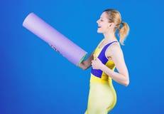 Παραμονή κατάλληλος και υγιής Εξοπλισμός αθλητικών χαλιών Αθλητική ικανότητα Φίλαθλη κατάρτιση γυναικών στη γυμναστική Ευτυχής γυ στοκ φωτογραφίες