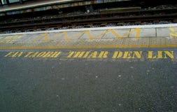 Παραμονή πίσω από την κίτρινη γραμμή Στοκ Φωτογραφίες
