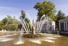Παραμονή πηγών στο αρχιτεκτονικό σύνολο Peterhof στοκ εικόνες