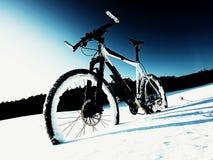 Παραμονή ποδηλάτων βουνών αντίθεσης Extremme στο χιόνι σκονών Χαμένη πορεία βαθύ snowdrift Στοκ Φωτογραφία