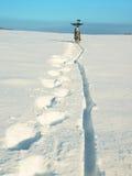 Παραμονή ποδηλάτων βουνών βαθύ snowdrift οπίσθια ρόδα λεπτομέρεια Χιόνι στο ελαστικό αυτοκινήτου Στοκ Φωτογραφίες