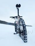 Παραμονή ποδηλάτων βουνών στο χιόνι σκονών Βαθύ snowdrift οπίσθια ρόδα λεπτομέρεια Στοκ Φωτογραφίες
