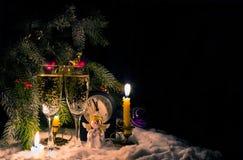 Παραμονή Πρωτοχρονιάς - ρολόι, γυαλιά και κεριά Στοκ φωτογραφίες με δικαίωμα ελεύθερης χρήσης