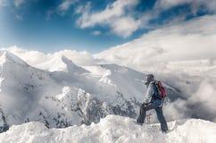 Παραμονή σκιέρ με τα σκι στο μεγάλο βράχο στο σκηνικό βουνών Μπάνσκο, Βουλγαρία στοκ φωτογραφία