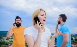 Παραμονή συνδεμένος το ένα με το άλλο Σύγχρονοι άνθρωποι με τα smartphones υπαίθρια Κινητοί τηλεφωνικοί χρήστες Άνθρωποι και τεχν στοκ εικόνες με δικαίωμα ελεύθερης χρήσης
