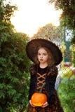 Παραμονή όλου του Saints& x27  Ημέρα Το όμορφο μικρό κορίτσι απεικονίζει την κακή νεράιδα Στοκ Εικόνες