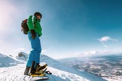 Παραμονή Snowboarder στην κορυφή βουνών στοκ εικόνες