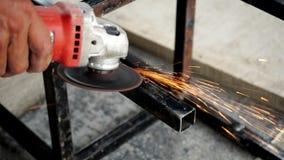 Παραμορφωμένο πριόνι κοπής χάλυβα φραγμών για το μέταλλο με τους φωτεινούς σπινθήρες απόθεμα βίντεο