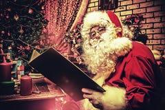 Παραμύθια ανάγνωσης στοκ φωτογραφία με δικαίωμα ελεύθερης χρήσης