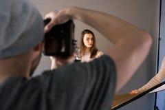 Παρασκήνια της επαγγελματικής συνόδου φωτογραφιών στούντιο Στοκ εικόνα με δικαίωμα ελεύθερης χρήσης