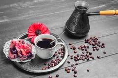 Παρασκευάζοντας καφές και δύο κομμάτια των μπισκότων Στοκ φωτογραφία με δικαίωμα ελεύθερης χρήσης