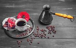 Παρασκευάζοντας καφές και δύο κομμάτια των μπισκότων Στοκ Φωτογραφίες