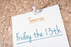 Παρασκευή η 13η υπενθύμιση για το αύριο σε χαρτί που καρφώνεται στον πίνακα του Κορκ Στοκ φωτογραφία με δικαίωμα ελεύθερης χρήσης