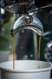 Παρασκευή καφέ με δύο ρεύματα καφέ Στοκ εικόνα με δικαίωμα ελεύθερης χρήσης