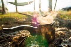 Παρασκευή καφέ το πρωί στην πυρά προσκόπων σε πιό forrest στοκ εικόνες με δικαίωμα ελεύθερης χρήσης