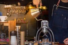 Παρασκευή σταλαγματιάς, φιλτραρισμένος καφές, στοκ εικόνες
