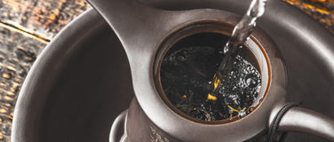 Παρασκευή του τσαγιού στη teapot ευρεία οθόνη Στοκ Εικόνα