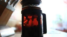 Παρασκευή του τσαγιού teapot και θολωμένο θηλυκό ένα χέρι απόθεμα βίντεο