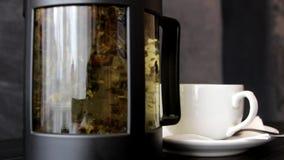 Παρασκευή του τσαγιού teapot απόθεμα βίντεο