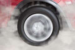 παρασύρουσα και καπνίζοντας ρόδα του νέου κόκκινου αυτοκινήτου Στοκ εικόνα με δικαίωμα ελεύθερης χρήσης