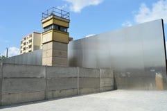 Παρατηρητήριο στο μνημείο τειχών του Βερολίνου στοκ φωτογραφία